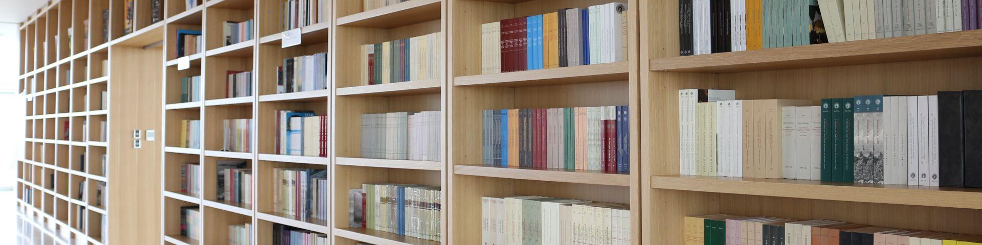 Φωτογραφία από μια πλούσια συλλογή βιβλίων στο αναγνωστήριο του Φάρου